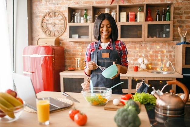 Femme Noire En Tablier, Cuisine Petit-déjeuner Sain Dans La Cuisine. Photo Premium