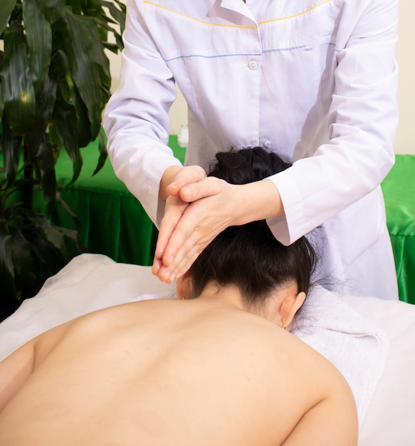 Femme, Obtenir, Thaï, Fines Herbes, Compresse, Massage, Spa Photo Premium