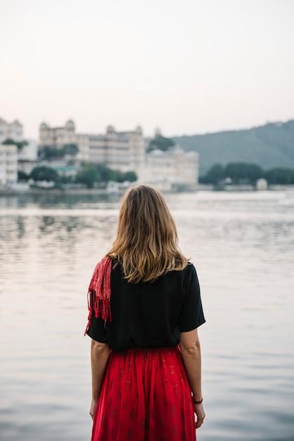 Femme occidentale bénéficiant d'une vue sur le lac taj à udaipur Photo gratuit