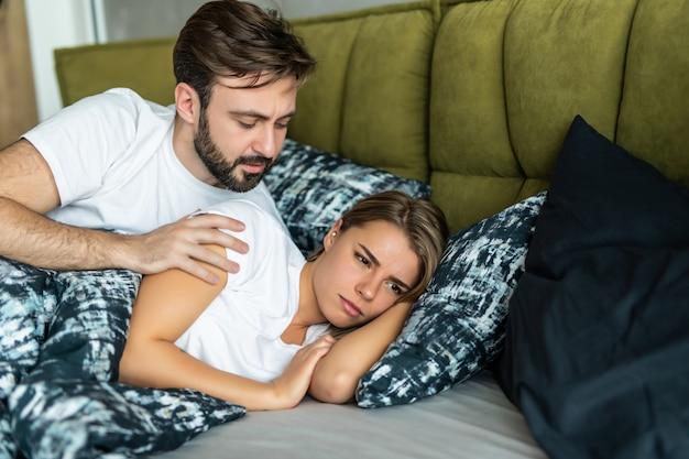 La Femme Offensée Ne Parle Pas Avec Son Homme Allongé Dans Le Lit Photo Premium