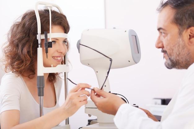 Femme ophtalmologiste travaillant Photo Premium