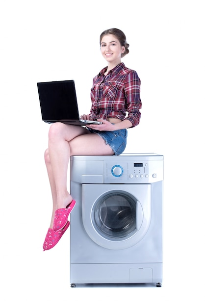 Femme Avec Ordinateur Portable Assis Sur La Machine à Laver. Photo Premium