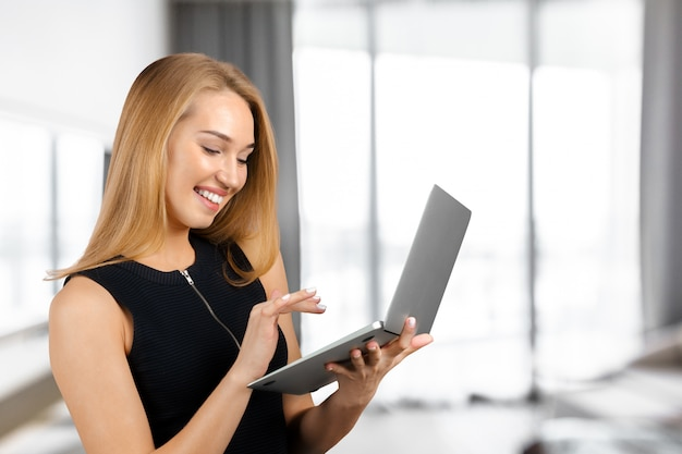 Femme avec ordinateur portable Photo Premium