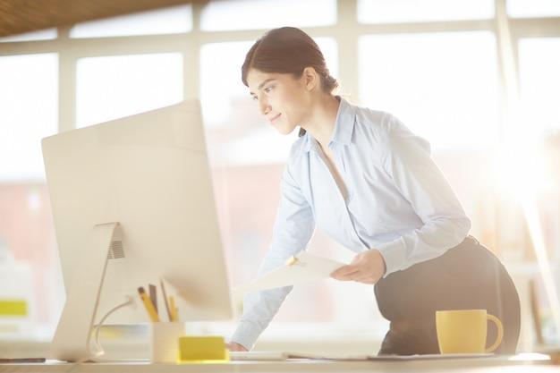 Femme avec ordinateur Photo gratuit