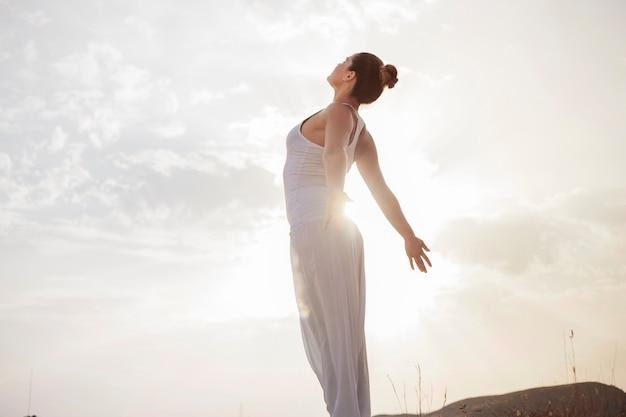 Femme Paisible Respirant Profondément Photo Premium