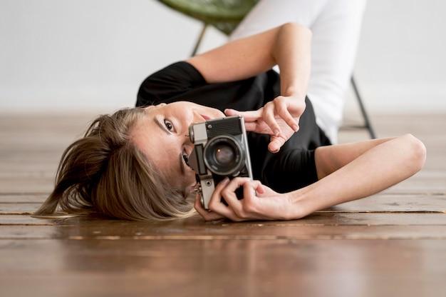 Femme, Par Terre, Prendre Photo Photo gratuit