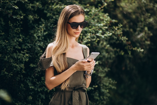 Femme parlant au téléphone dans le parc Photo gratuit