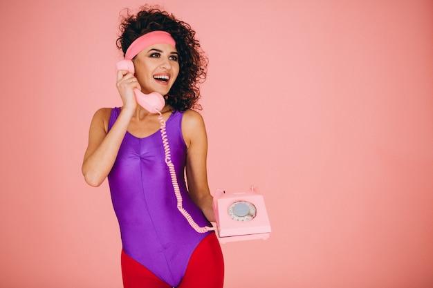 Femme parlant au téléphone filaire isolé Photo gratuit