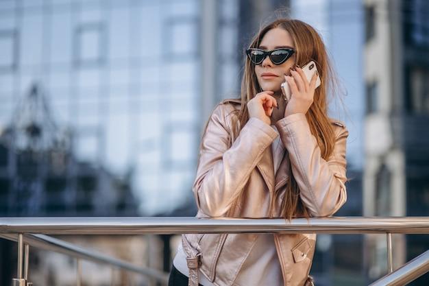 Femme parlant au téléphone en ville Photo gratuit