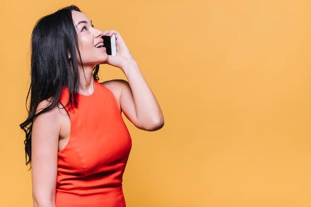 Femme parlant par téléphone Photo gratuit