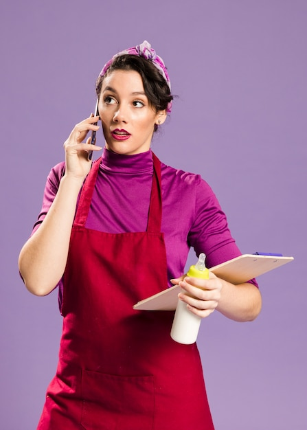Femme Parlant De Son Travail Et Des Tâches Ménagères Photo gratuit