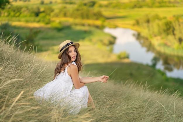La Femme Parmi Les Herbes. Prairie. Paysage Photo Premium
