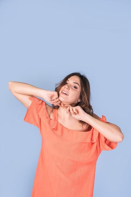 Femme passionnée en blouse tenant le menton Photo gratuit