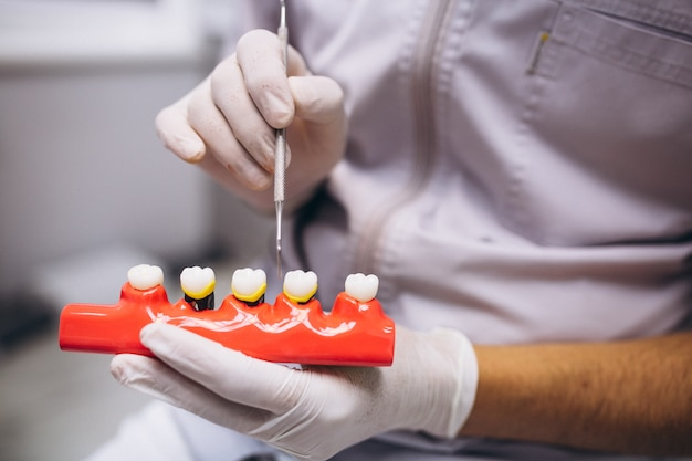 Femme patiente chez dentiste Photo gratuit