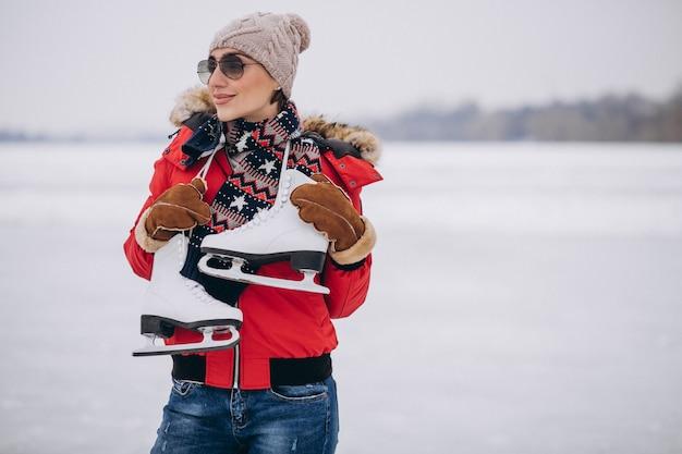 Femme, patinoire, à, les, lac Photo gratuit