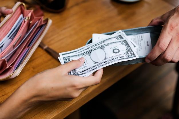 Femme payant en espèces pour facture restaurant Photo gratuit
