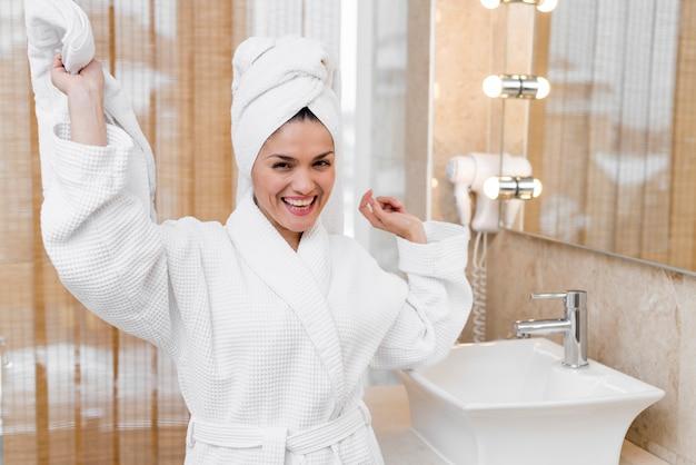 Femme, peignoir, dans, chambre hôtel Photo gratuit