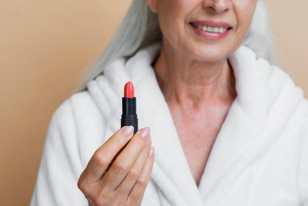 Femme, peignoir, tenue, rouge lèvres Photo gratuit