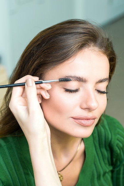 Femme peint les sourcils Photo Premium