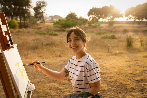 Femme Peinture Sur Toile à L'extérieur Dans La Nature Photo gratuit