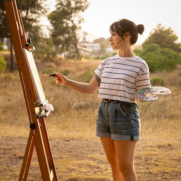 Femme Peinture Sur Toile à L'extérieur Photo gratuit