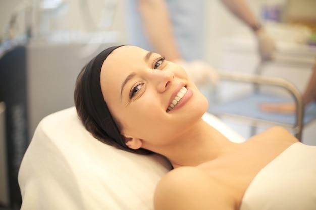 Femme, penchant, lit clinique Photo Premium