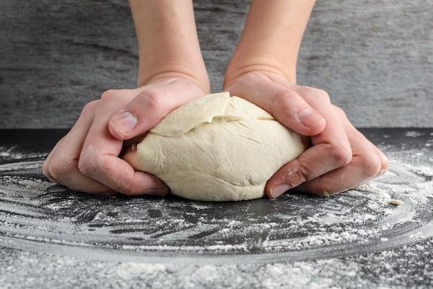 La femme pèse la pâte Photo Premium