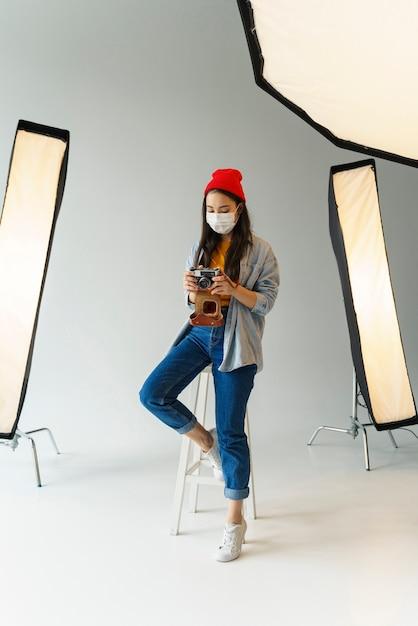Femme Avec Photo Et Masque Photo gratuit