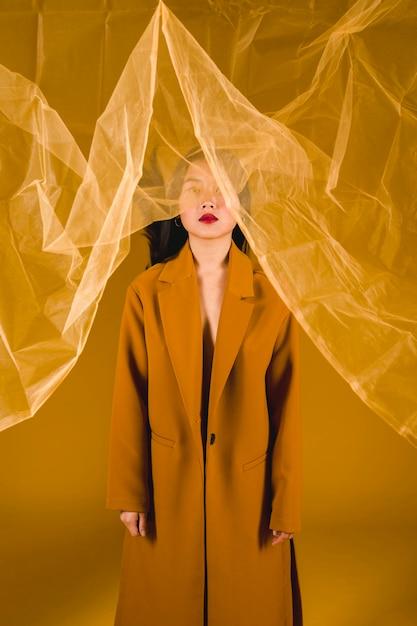 Femme photogénique en manteau jaune Photo gratuit