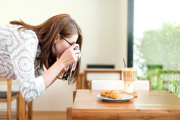 Femme photographe alimentaire croissant photographie concept Photo Premium