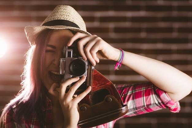 Femme, photographier, depuis, appareil photo vintage Photo Premium