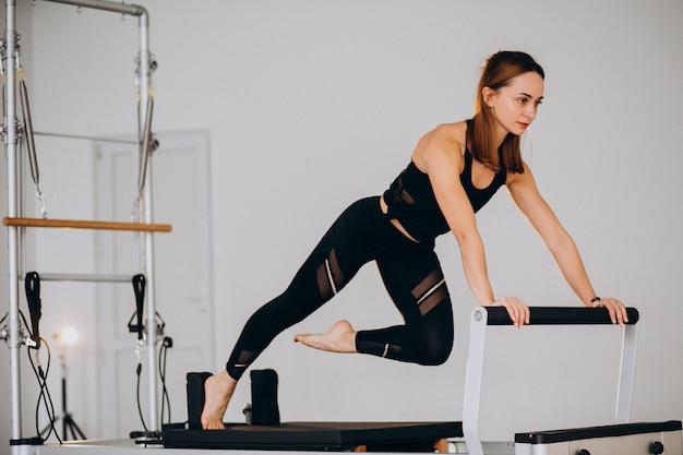 Femme, pilates, réformateur Photo gratuit