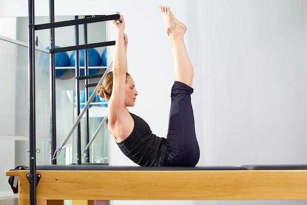 Femme pilates, reformer, exercice, à, gymnase Photo Premium