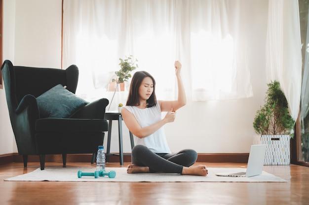 Femme De Pincement Du Bras Triceps Graisse De La Peau Flasque Avant De Commencer L'exercice D'entraînement Photo Premium