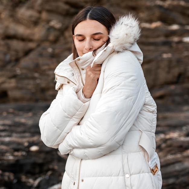 Femme à La Plage Seule Avec Veste D'hiver Photo gratuit