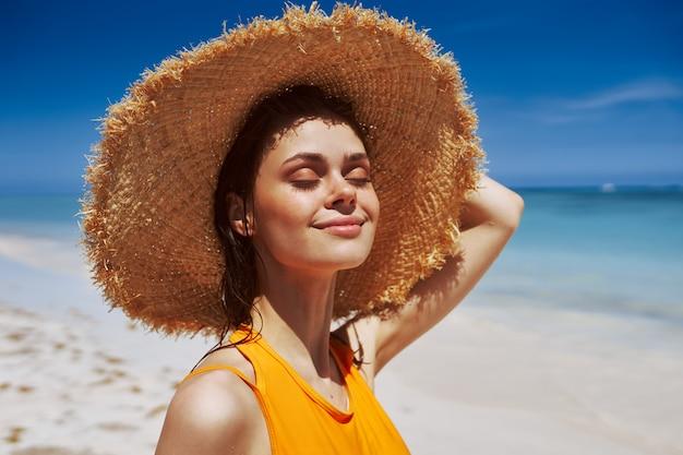 Femme, Plage, Soleil, Chapeau Photo Premium