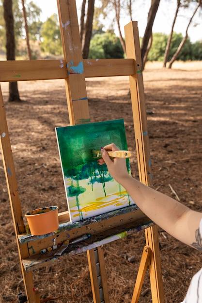 Femme En Plein Air Peinture Paysage Sur Toile Photo gratuit