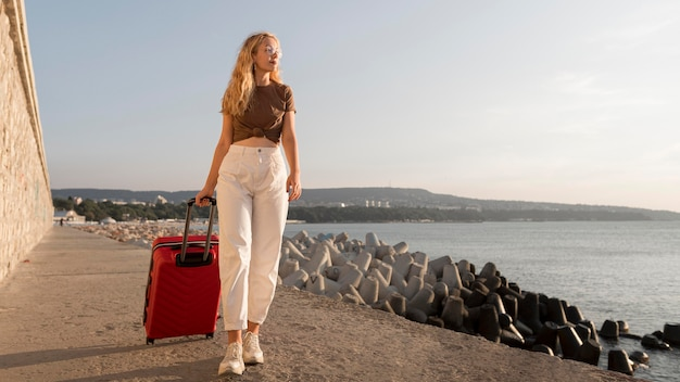 Femme Plein Coup Transportant Des Bagages Photo gratuit