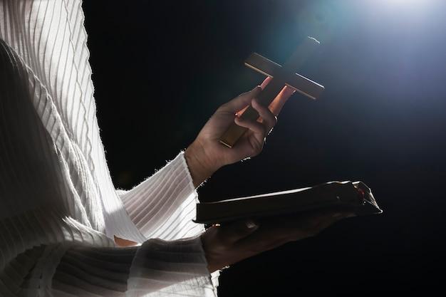 Femme en pleine nuit en prière Photo gratuit