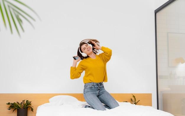 Femme Pleine De Tir S'amusant Photo gratuit
