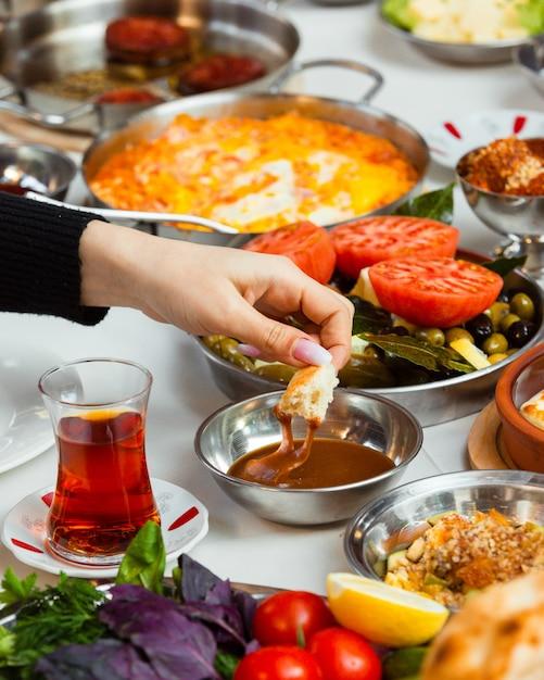 Femme, Plonger, Pain, Miel, Servi, Turc, Petit Déjeuner Photo gratuit