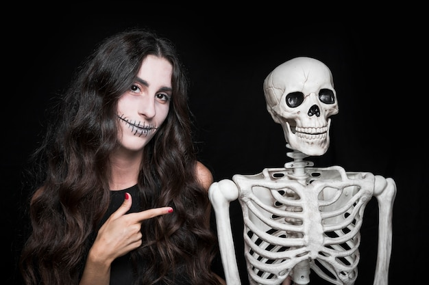 Femme, pointage, squelette Photo gratuit