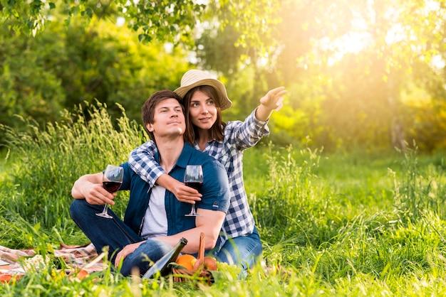 Femme pointant la direction avec la main pour homme Photo gratuit