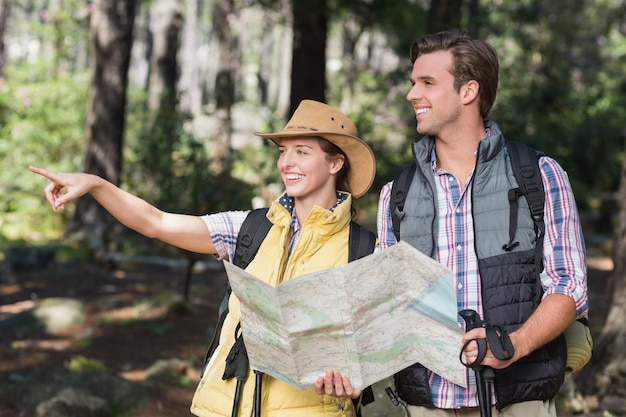 Femme pointant loin avec partenaire pendant la randonnée Photo Premium