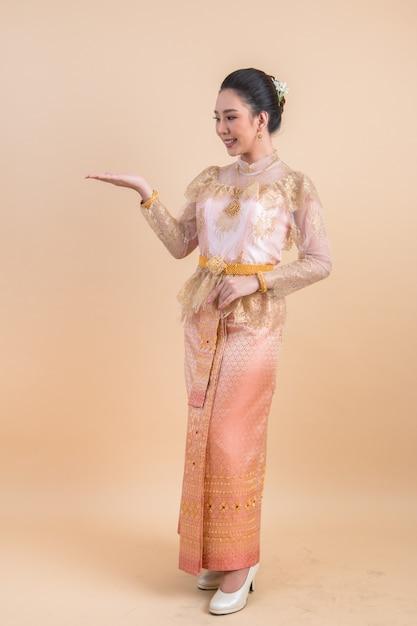 Femme portant une ancienne robe thaïlandaise Photo gratuit