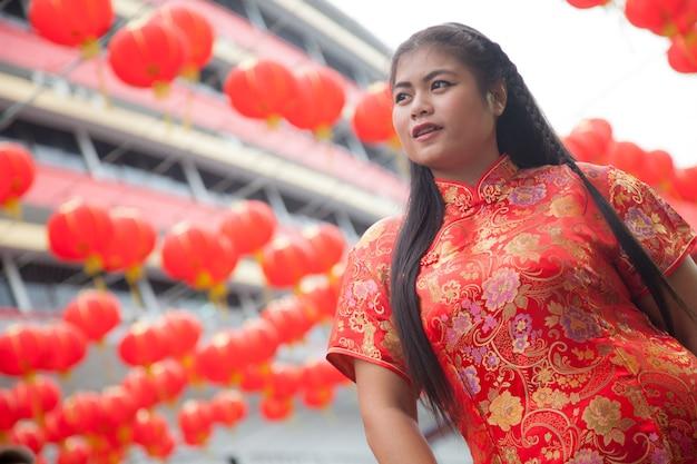 Femme Portant Des Cheongsams Rouges. Photo Premium