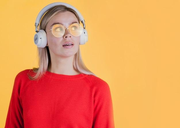 Femme portant des écouteurs avec espace de copie Photo gratuit