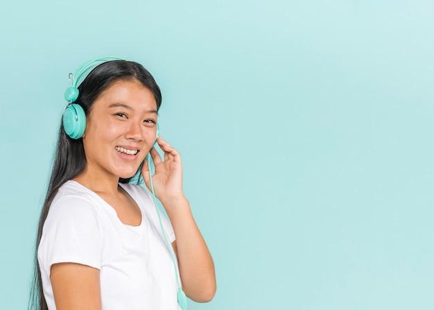 Femme Portant Des écouteurs Et Souriant Photo gratuit