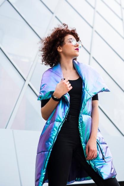 Femme portant un gilet coloré Photo gratuit