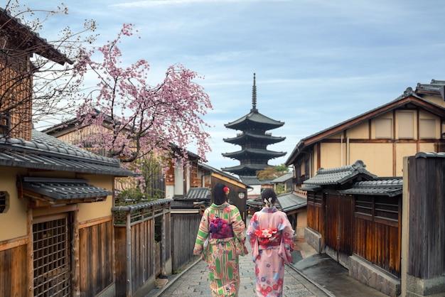 Femme portant un kimono japonais traditionnel dans la pagode yasaka et la rue sannen zaka à kyoto, japon Photo Premium